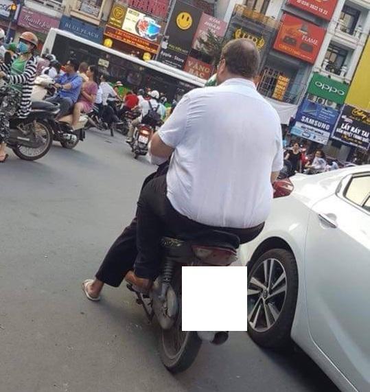 Hình ảnh hài hước: Tài xế Grab nhỏ bé chở người đàn ông ngoại quốc trên phố - Ảnh 4
