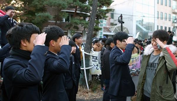 """Hàn Quốc """"nín thở"""" cùng 600.000 sĩ tử bước vào kì thi Đại học - Ảnh 3"""