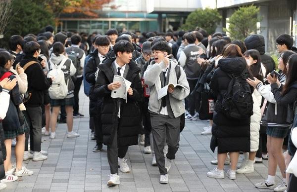 """Hàn Quốc """"nín thở"""" cùng 600.000 sĩ tử bước vào kì thi Đại học - Ảnh 7"""