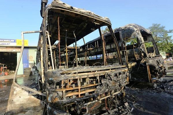 Kinh hoàng 2 ô tô khách bốc cháy, kèm tiếng nổ lớn trong bến xe Đà Nẵng - Ảnh 2