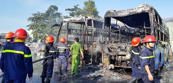 Kinh hoàng 2 ô tô khách bốc cháy, kèm tiếng nổ lớn trong bến xe Đà Nẵng - Ảnh 1