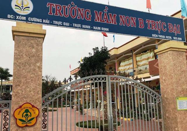 Phẫn nộ vụ bé trai 4 tuổi bị buộc dây treo lên cửa sổ phòng học ở Nam Định - Ảnh 2