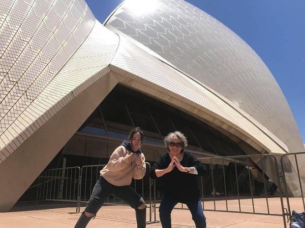 Cháu gái 17 tuổi đi làm thêm, dành tiền đưa bà sang Úc xem concert của thần tượng - Ảnh 2