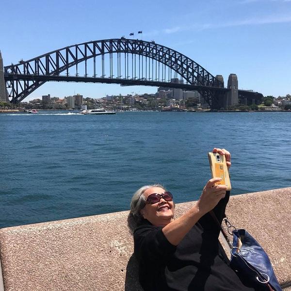 Cháu gái 17 tuổi đi làm thêm, dành tiền đưa bà sang Úc xem concert của thần tượng - Ảnh 3