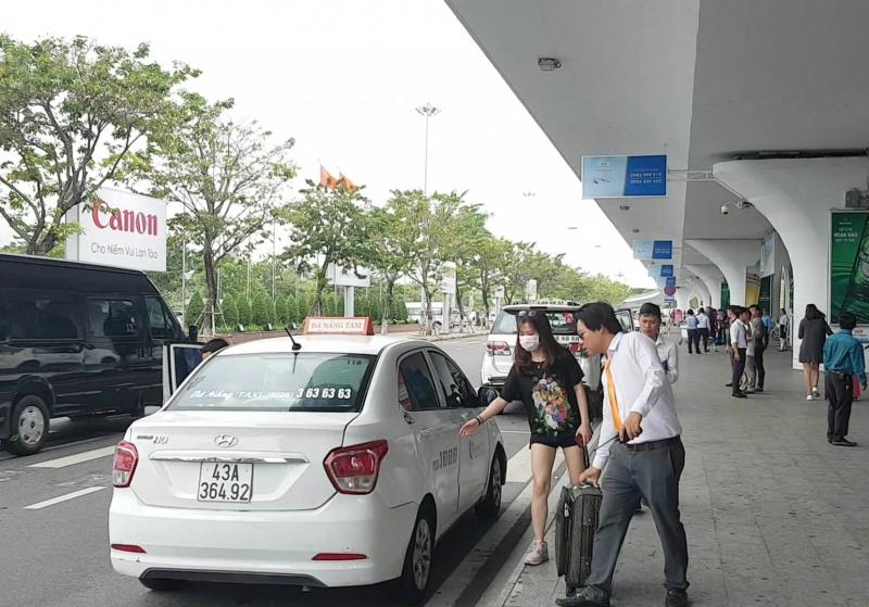 Tài xế 8 hãng taxi đồng loạt ngưng đón khách sân bay Đà Nẵng để phản đối Grab, xe dù - Ảnh 3