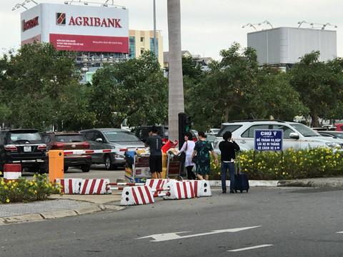 Tài xế 8 hãng taxi đồng loạt ngưng đón khách sân bay Đà Nẵng để phản đối Grab, xe dù - Ảnh 2
