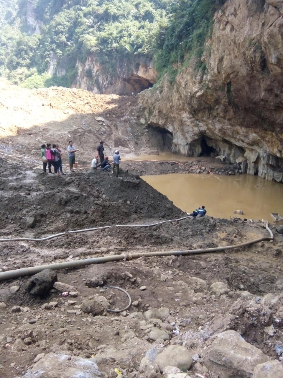 Hòa Bình: Sập lò khai thác vàng, bùn lẫn nước lấp kín khiến 2 người mắc kẹt - Ảnh 1
