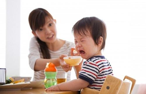 Nhồi nhét con ăn vì sợ thiếu chất, mẹ trẻ nhận cái kết đắng - Ảnh 1