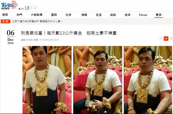 """""""Đại gia"""" Việt đeo 13kg vàng cổ vũ đội tuyển Việt Nam nổi như cồn trên báo quốc tế - Ảnh 3"""