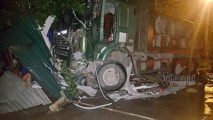 Hà Nội: Xe mất lái lao vào nhà dân trong đêm - Ảnh 2