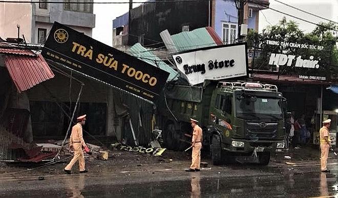 Hà Nội: Xe mất lái lao vào nhà dân trong đêm - Ảnh 3