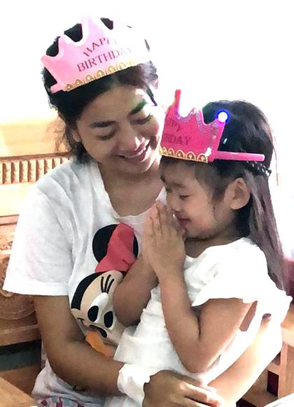 Xúc động khoảnh khắc đồng nghiệp đưa con gái Mai Phương vào viện đón sinh nhật - Ảnh 4