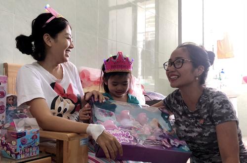 Xúc động khoảnh khắc đồng nghiệp đưa con gái Mai Phương vào viện đón sinh nhật - Ảnh 6