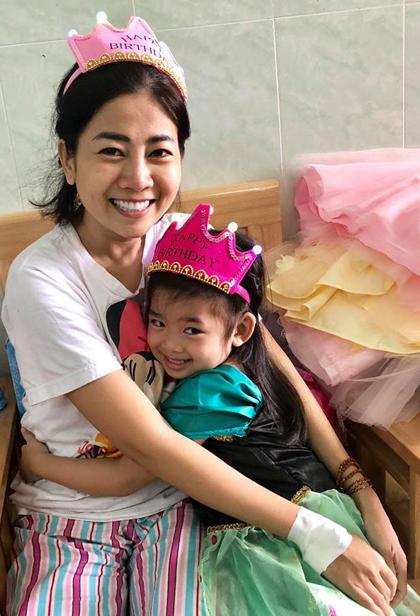 Xúc động khoảnh khắc đồng nghiệp đưa con gái Mai Phương vào viện đón sinh nhật - Ảnh 1