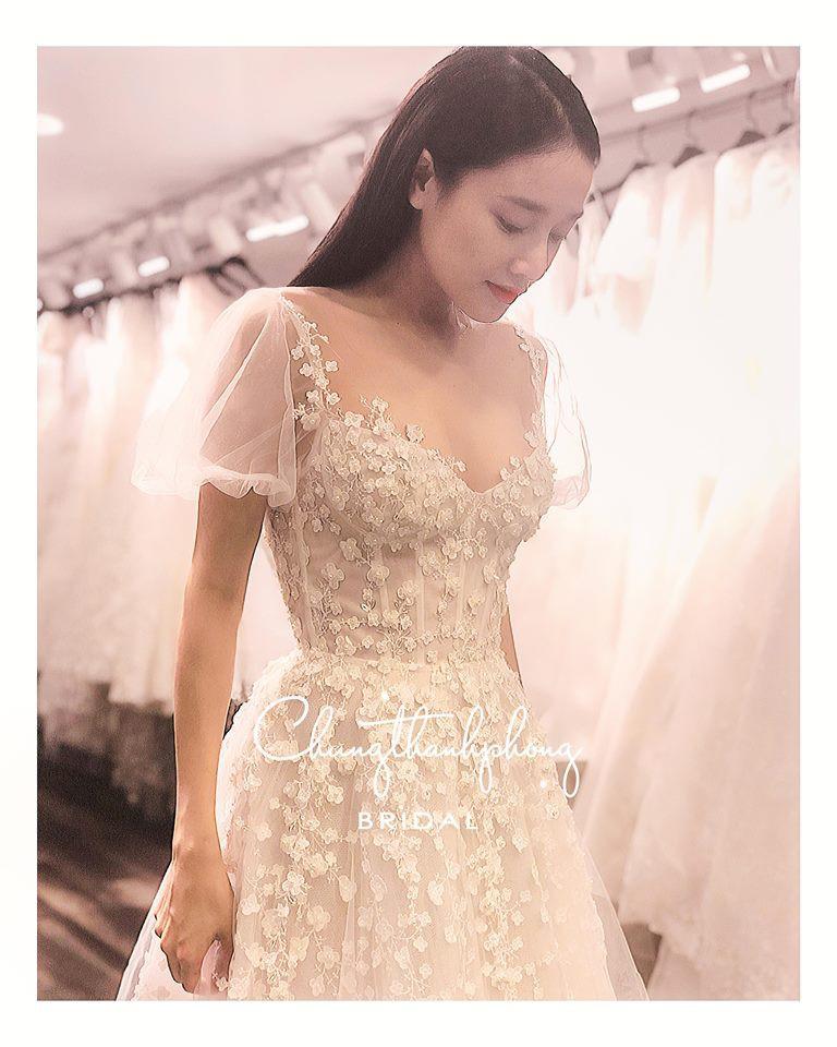 Hé lộ hình ảnh Nhã Phương dịu dàng trong chiếc váy cưới ngày đính hôn - Ảnh 1