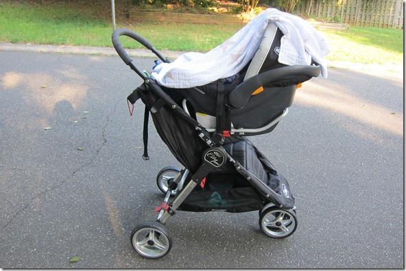 Dùng khăn che xe đẩy cho bé khi ra ngoài có thực sự tốt cho trẻ nhỏ? - Ảnh 1