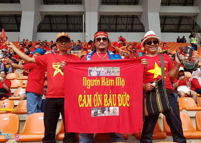 """Ủng hộ Olympic Việt Nam, cổ động viên """"nhuộm đỏ"""" sân vận động Pakan Sari  - Ảnh 4"""