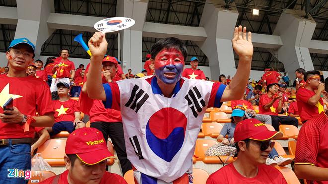 """Ủng hộ Olympic Việt Nam, cổ động viên """"nhuộm đỏ"""" sân vận động Pakan Sari  - Ảnh 3"""