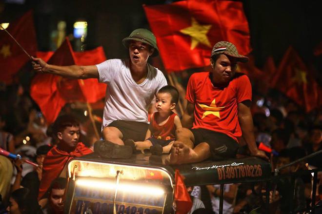 """Ủng hộ Olympic Việt Nam, cổ động viên """"nhuộm đỏ"""" sân vận động Pakan Sari  - Ảnh 9"""