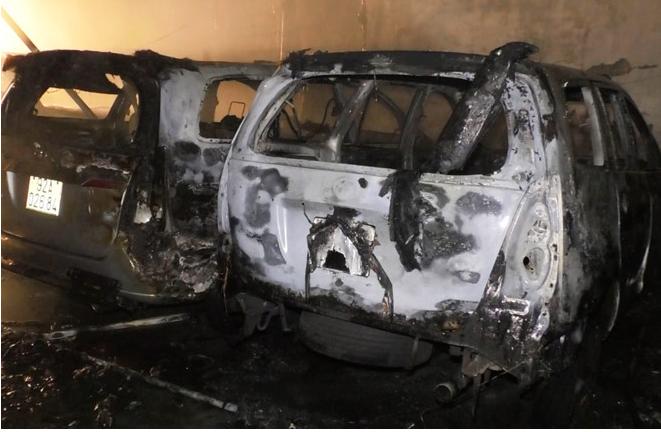 Đà Nẵng: Gara ô tô bốc cháy trong đêm, nhiều chiếc xe bị thiêu rụi - Ảnh 1