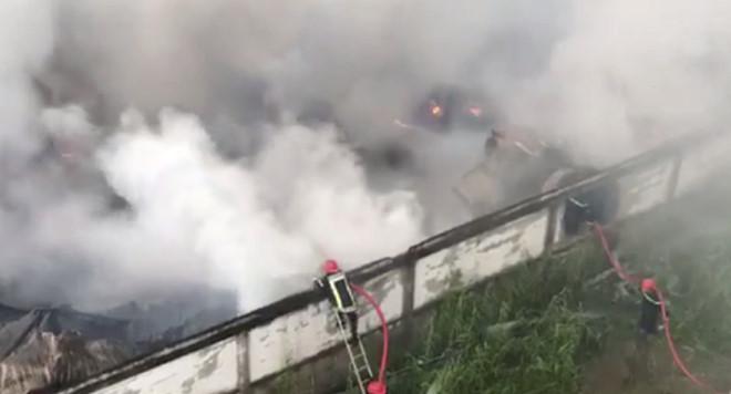 Xưởng sản xuất nhựa ở Sài Gòn bốc cháy dữ dội - Ảnh 2