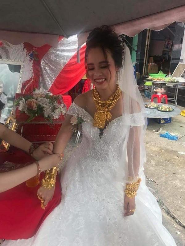 """Đeo 129 cây vàng được trao làm của hồi môn cô dâu Hậu Giang khiến dân mạng """"choáng váng"""" - Ảnh 1"""
