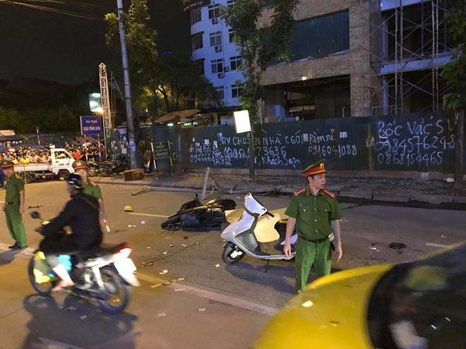 Hà Nội: Đang đi trên đường, cô gái tử vong vì bị khung sắt rơi trúng - Ảnh 1