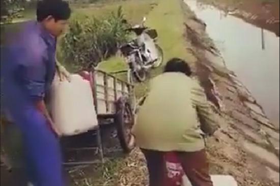 Phát hiện vợ chồng trưởng thôn liên tiếp đổ chất thải bẩn xuống kênh tưới tiêu - Ảnh 1