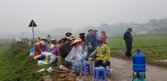 Người dân dỡ lều bạt, mở lối cho xe vào bãi rác Nam Sơn - Ảnh 1