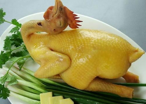 Mâm cúng Rằm tháng Chạp: Cách luộc gà vàng ươm không bị nứt - Ảnh 1