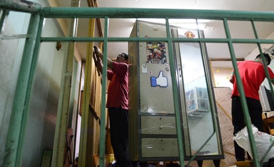 Hàng trăm hộ dân tất bật đóng gói tài sản, di dời khỏi chung cư nghiêng 45cm ở Sài Gòn - Ảnh 4