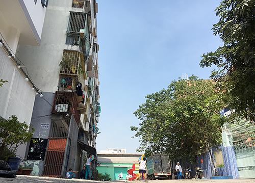 Hàng trăm hộ dân tất bật đóng gói tài sản, di dời khỏi chung cư nghiêng 45cm ở Sài Gòn - Ảnh 1
