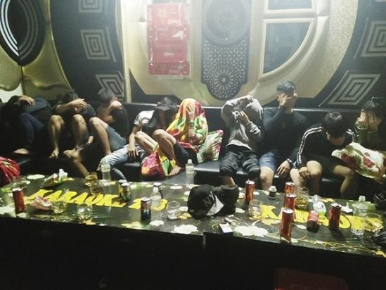 """17 cô gái thác loạn cùng nhóm trai """"phê"""" ma túy trong phòng karaoke - Ảnh 1"""