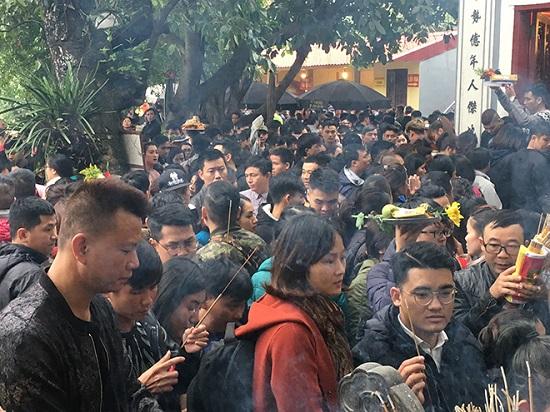 Hàng nghìn người đổ về tạ lễ cuối năm, Phủ Tây Hồ chật cứng - Ảnh 3