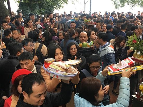 Hàng nghìn người đổ về tạ lễ cuối năm, Phủ Tây Hồ chật cứng - Ảnh 4