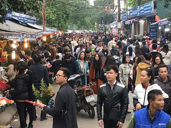 Hàng nghìn người đổ về tạ lễ cuối năm, Phủ Tây Hồ chật cứng - Ảnh 1