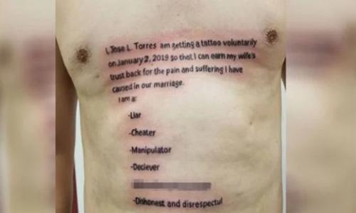 """Hi hữu: Chồng xăm """"bản kiểm điểm"""" lên ngực để lấy lại lòng tin từ vợ - Ảnh 1"""