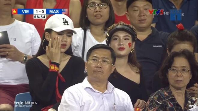 """Dân mạng truy tìm cô gái """"nổi bần bật"""" trên khán đài trong trận Việt Nam - Malaysia - Ảnh 1"""