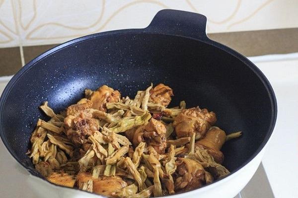 Chán luộc, mẹ vào bếp làm ngay món gà kho đậm đà cho bữa tối tròn vị - Ảnh 4