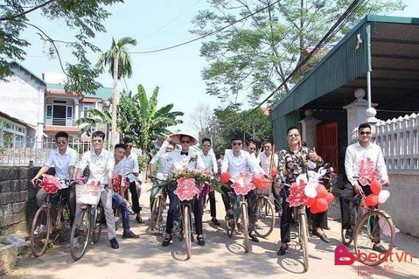 """Chú rể dẫn hàng chục trai làng đạp xe đến rước vợ khiến dân mạng """"trầm trồ"""" - Ảnh 1"""