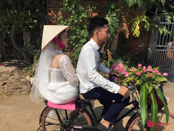 """Chú rể dẫn hàng chục trai làng đạp xe đến rước vợ khiến dân mạng """"trầm trồ"""" - Ảnh 2"""
