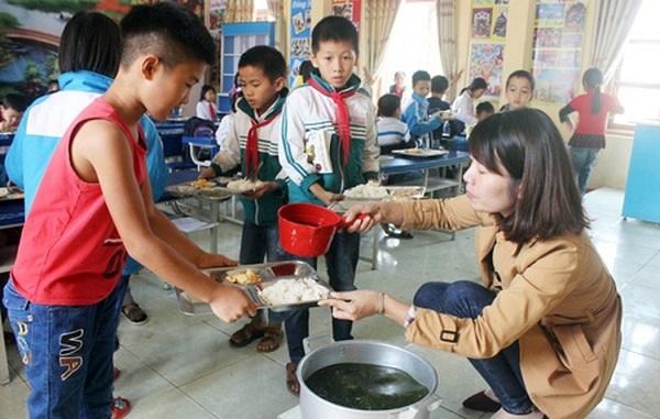 70 học sinh tiểu học ở Hải Dương nhập viện sau bữa ăn bán trú - Ảnh 1