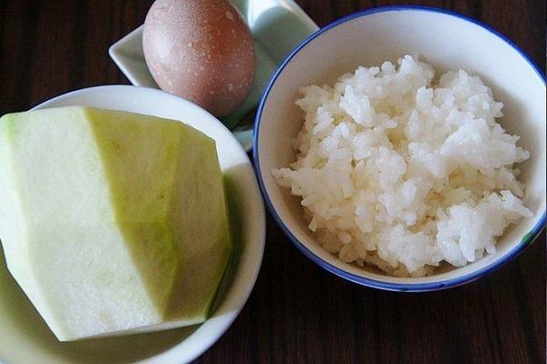 Đem cơm nguội trộn với thứ này rồi chiên, trong mềm ngoài giòn rụm, ăn là mê - Ảnh 1