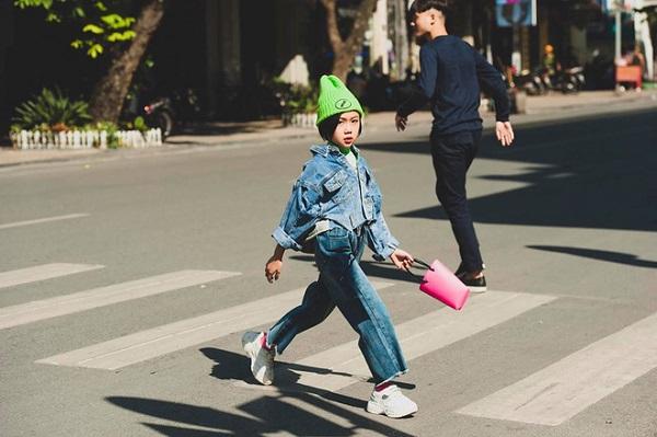 Bé gái gây bão khắp Facebook với màn catwalk trong vòng xoay siêu đỉnh - Ảnh 7