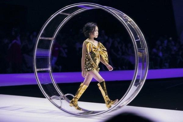 Bé gái gây bão khắp Facebook với màn catwalk trong vòng xoay siêu đỉnh - Ảnh 3