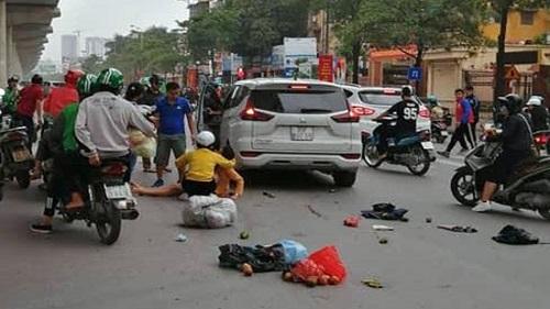 Xế hộp bất ngờ tăng ga tông hàng loạt phương tiện trên phố, 5 người bị thương - Ảnh 1