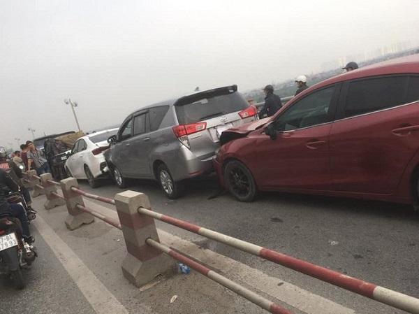 7 ô tô đâm nhau liên hoàn trên cầu Thanh Trì, đường trên cao tắc gần 10 km - Ảnh 1
