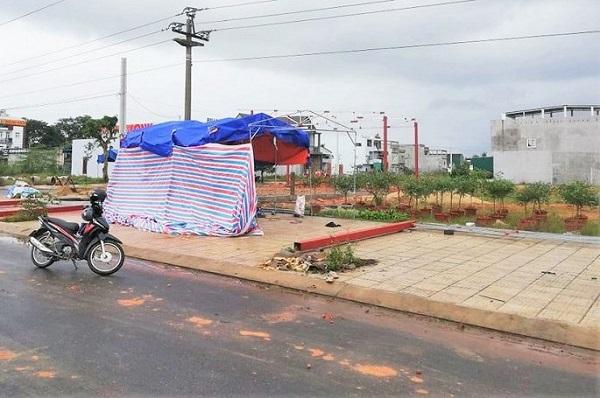 Quảng Ngãi: Cẩu khung sắt dựng quán, 11 người bị điện giật thương vong - Ảnh 1