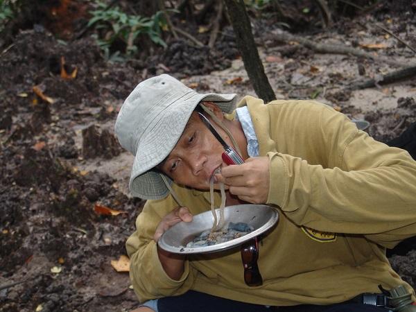 """Đặc sản sâu gỗ nhầy nhụa ở Philippines khiến nhiều người """"chết khiếp""""  - Ảnh 2"""