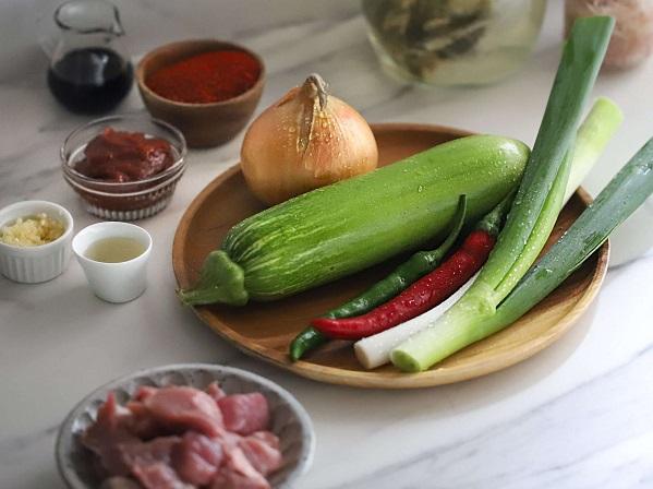Học người Hàn nấu món canh thịt, không ngờ cả nhà mê tít - Ảnh 1